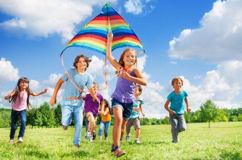 Voluntar în tabăra copiilor din cartierul tău