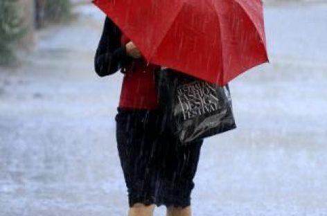 Plouă cu găleata în toată ţara