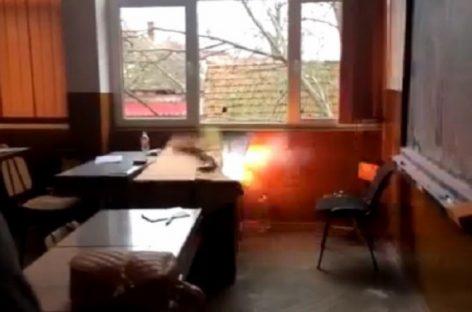 Catedră spulberată de explozia unei petarde într-un liceu din judeţul Arad