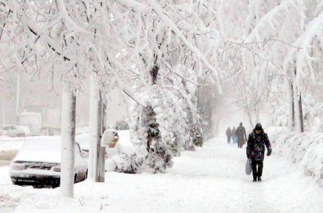 S-a întors iarna. Ninsori viscolite în opt judeţe