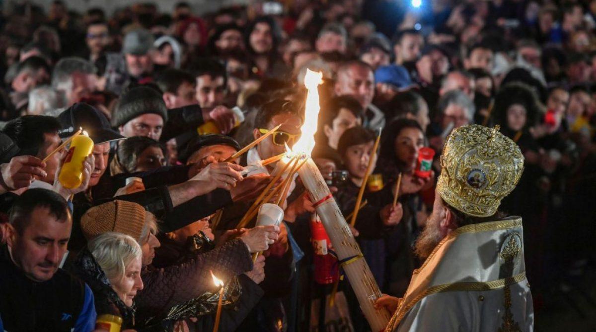 Câţi români merg la biserică în noaptea de Înviere? Când vine Lumina Sfântă?