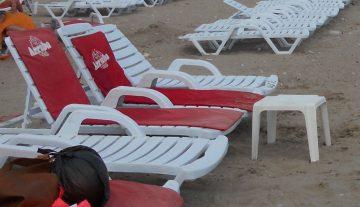 La plajă, dar nu oricum. Baia de soare, condiţionată de şezlong?